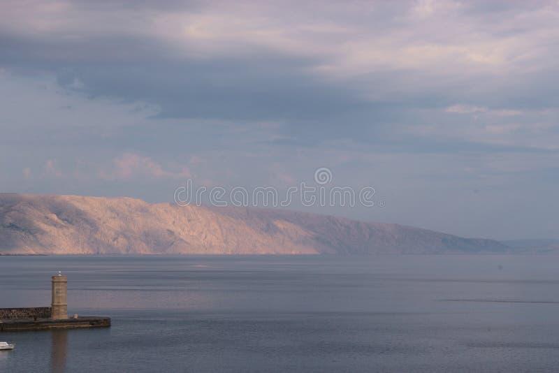 Phare et baie dans la lumière de début de la matinée Senj, Croatie image stock