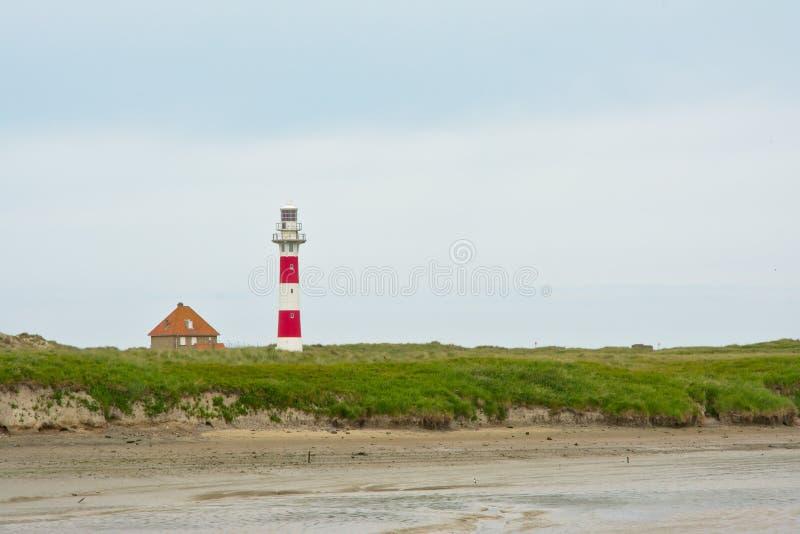 Phare et maison dans les dunes images stock