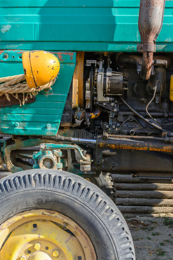 Phare et roue de vieux plan rapproché de véhicule Fond coloré image stock