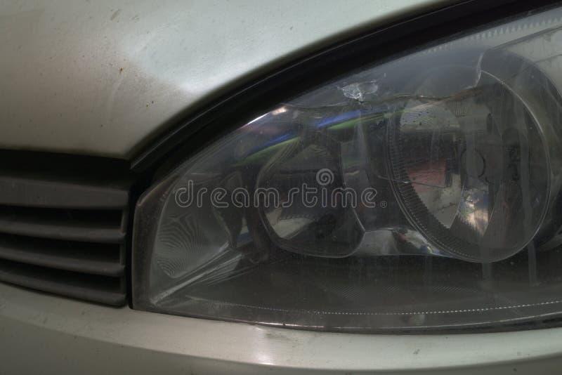 phare gauche avant de voiture fente sur le verre images libres de droits