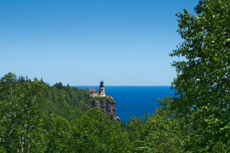 Phare historique de roche fendue sur la falaise au-dessus du rivage du nord du lac Supérieur photo stock