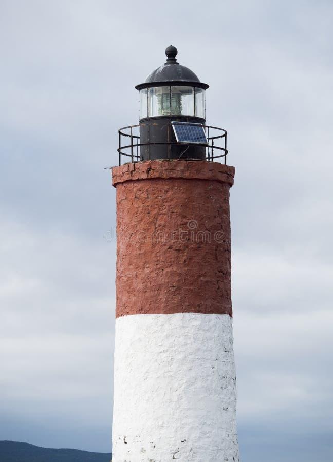 Phare marron et blanc dans la Manche de briquet photo stock