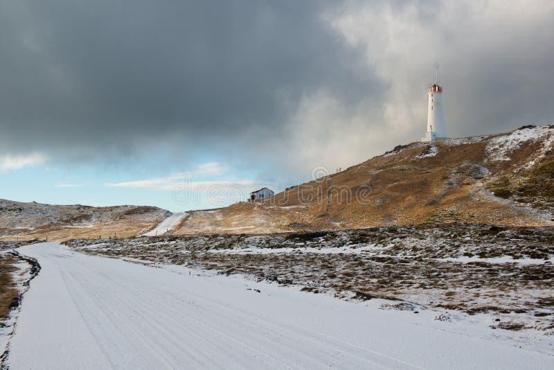 Phare près de secteur géothermique Gunnuhver à l'hiver, péninsule de Reykjanes, Islande image libre de droits