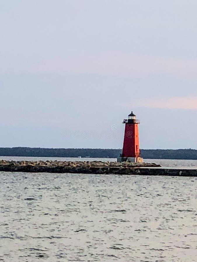 Phare rouge dans le lac au Michigan supérieur photos libres de droits