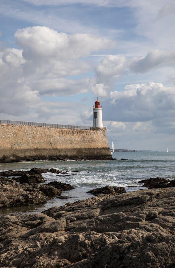 Phare rouge dans Sables d'Olonne - France image libre de droits