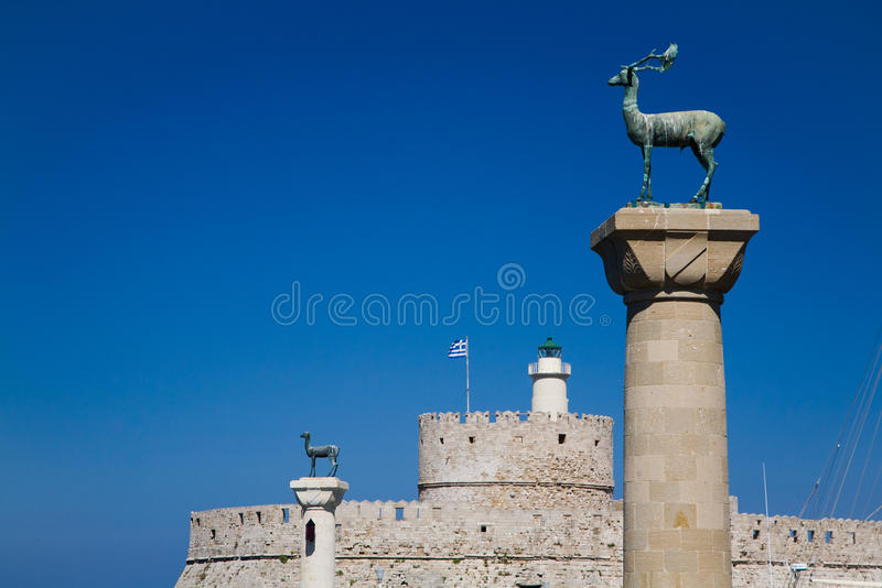 Phare Saint-Nicolas, Rhodes d'entrée de port photographie stock