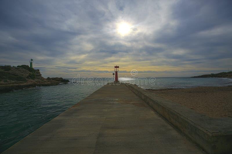 Phare situé dans une côte de l'Espagne image libre de droits