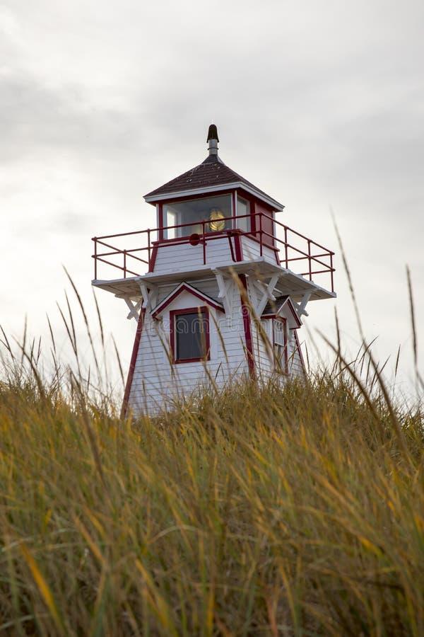 Phare sur des dunes dans prince Edward Island photos libres de droits