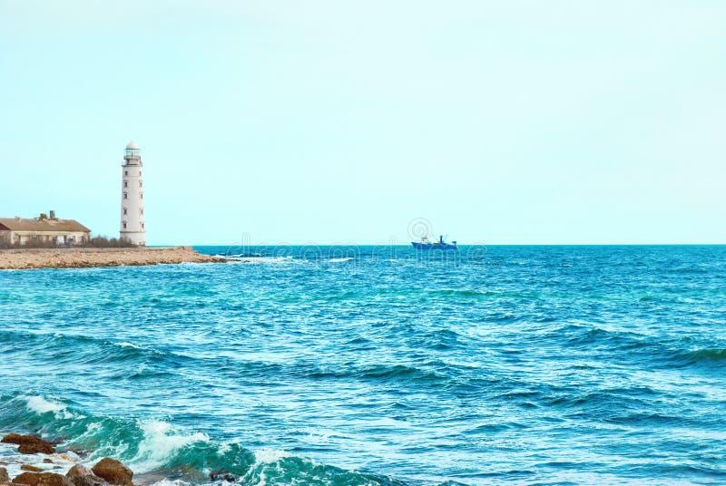Phare sur la côte images libres de droits