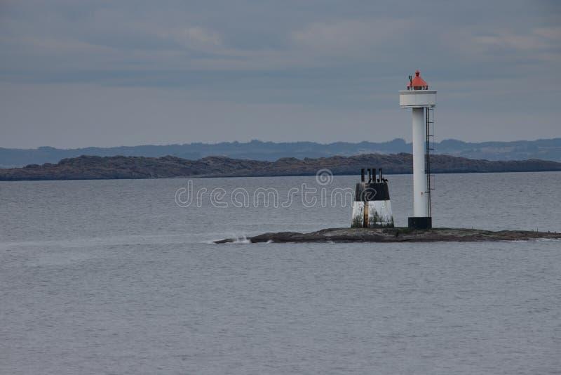Phare sur la côte de la Norvège photo stock