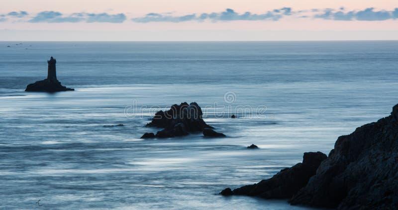 Phare sur le cap Sizun, Pointe du Raz Brittany, France photographie stock