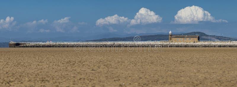 Phare sur le pilier de la baie de Morecambe images stock