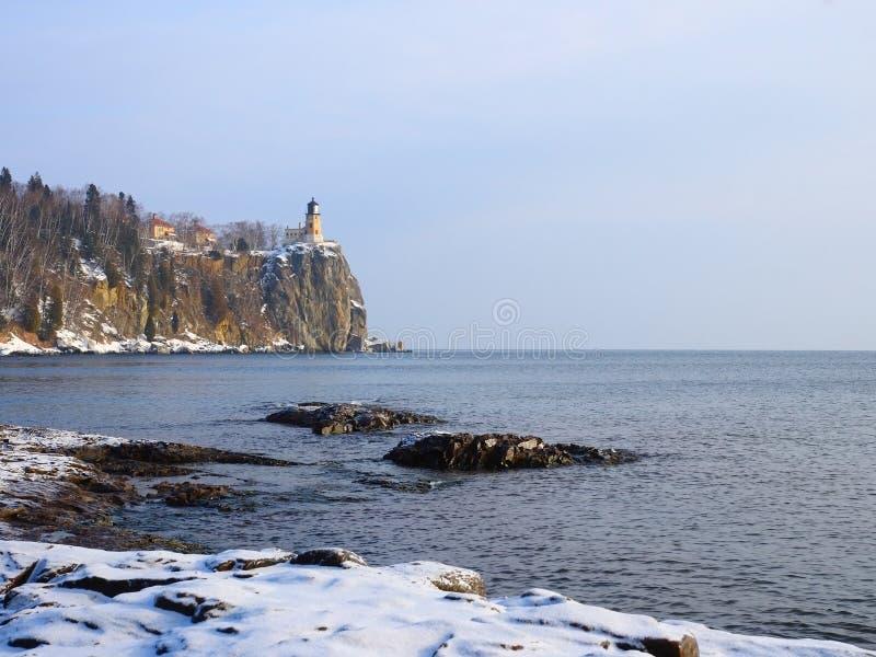 Phare sur le supérieur de lac en hiver image libre de droits