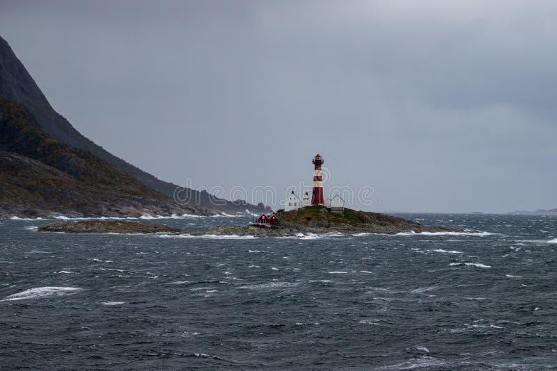 Phare sur une île sur la côte de la Norvège image stock
