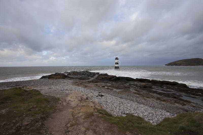 Phare sur le rivage image stock