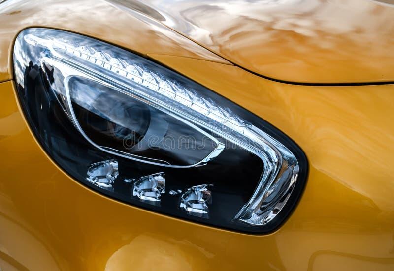 Phares de plan rapproché de voiture moderne de jaune de sport Deta d'extérieur de voiture photos libres de droits