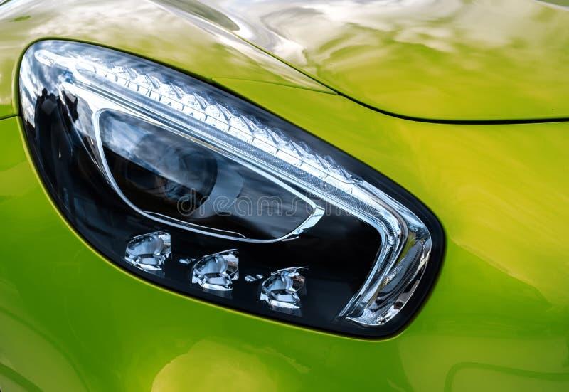 Phares de plan rapproché de voiture moderne de vert de sport Deta d'extérieur de voiture photo stock