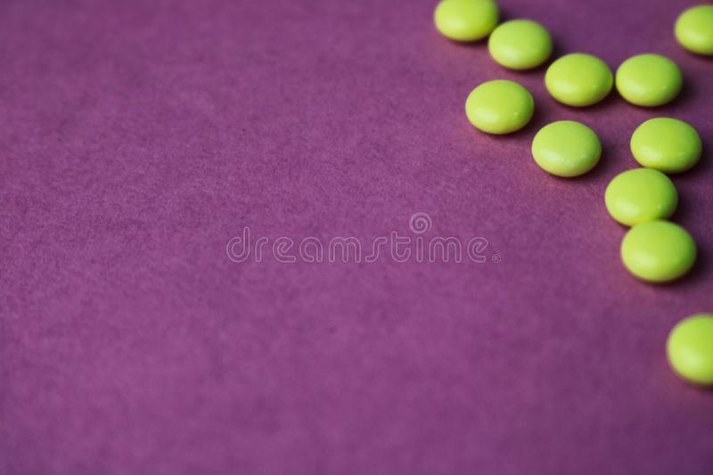 Pharmaceptic runda piller för liten gul orange härlig läkarundersökning, vitaminer, droger, antibiotikummar på en rosa purpurfärg royaltyfria foton