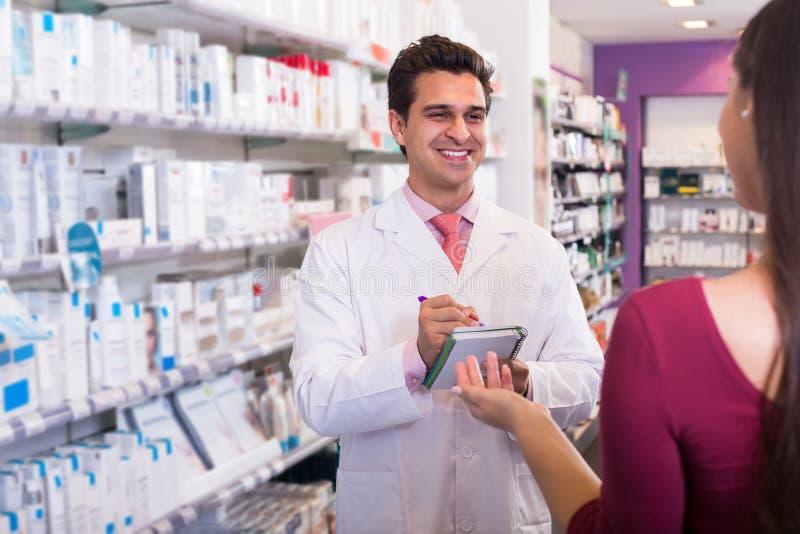 Pharmaceutist profesional en muchacha de ayuda de la droguería imágenes de archivo libres de regalías