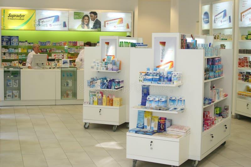 Pharmacie - beaucoup de drogues dans l'étagère photographie stock libre de droits