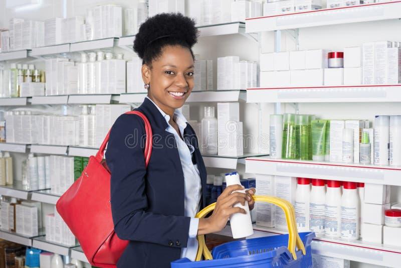 Pharmacie de sourire de Buying Products From de femme d'affaires images stock