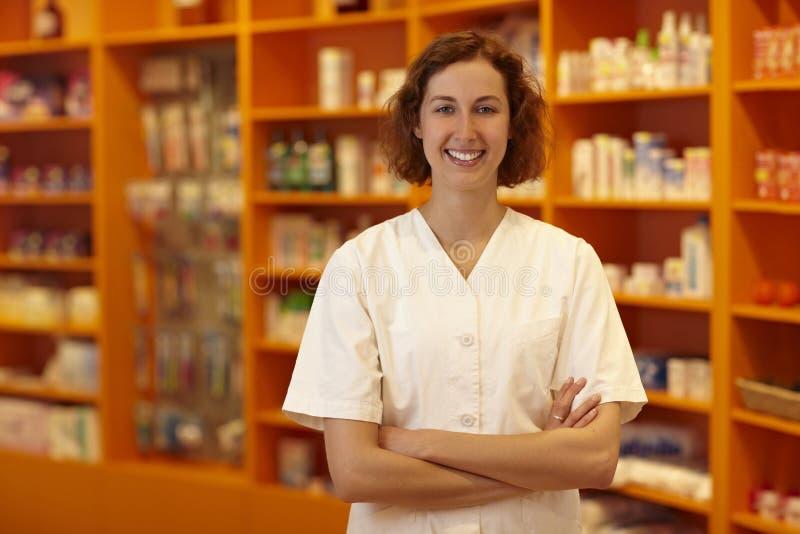 Pharmacie devant des étagères photo libre de droits
