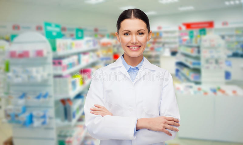 Pharmacie ou pharmacie de pharmacienne de jeune femme photos stock