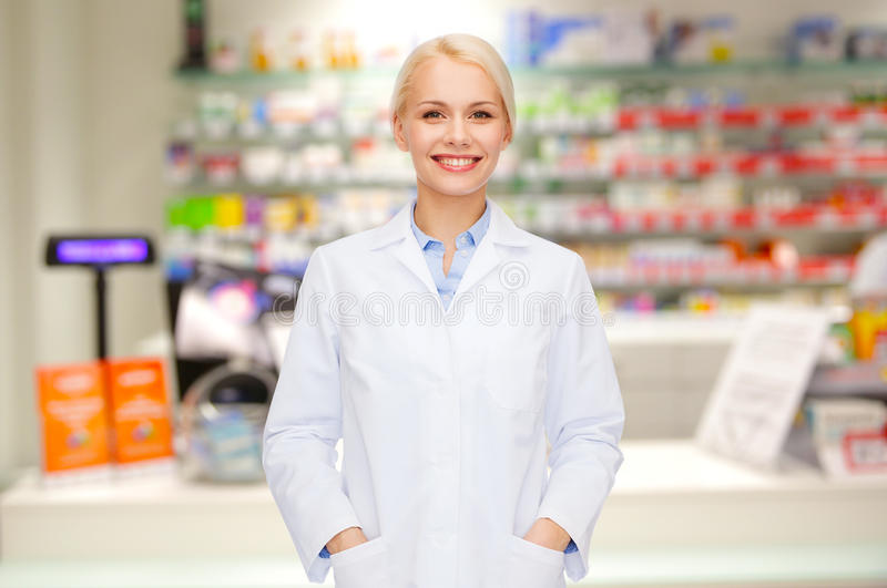 Pharmacie ou pharmacie de pharmacienne de jeune femme photographie stock libre de droits