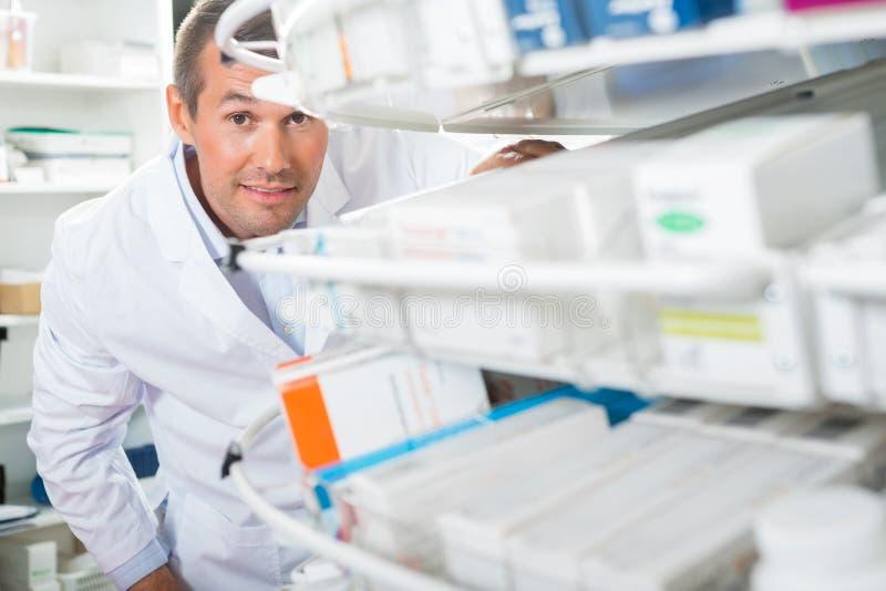 Pharmacie sûre de Counting Stock In de chimiste photographie stock libre de droits