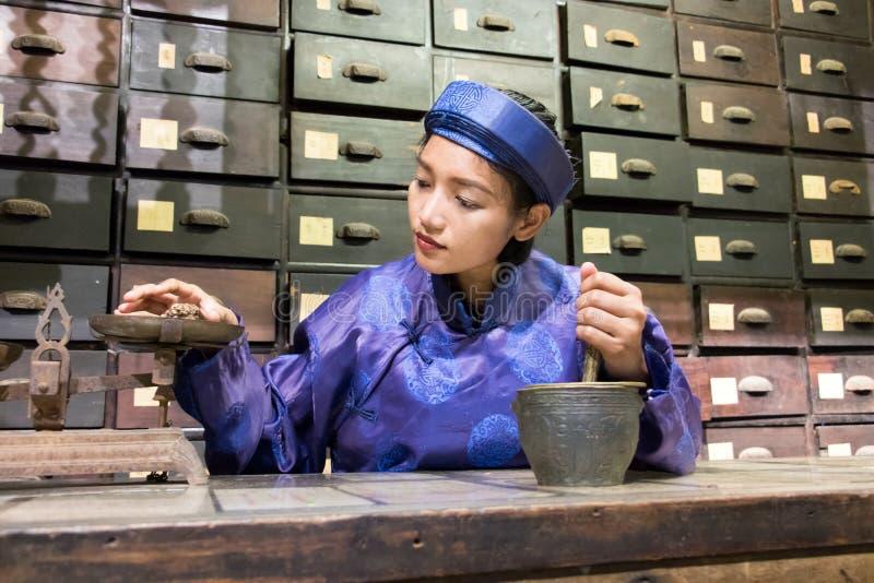 Pharmacien asiatique travaillant à la pharmacie orientale photo libre de droits