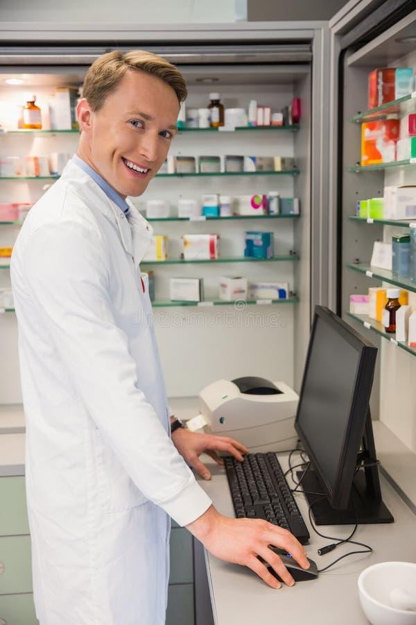 Pharmacien beau à l'aide de l'ordinateur photo libre de droits