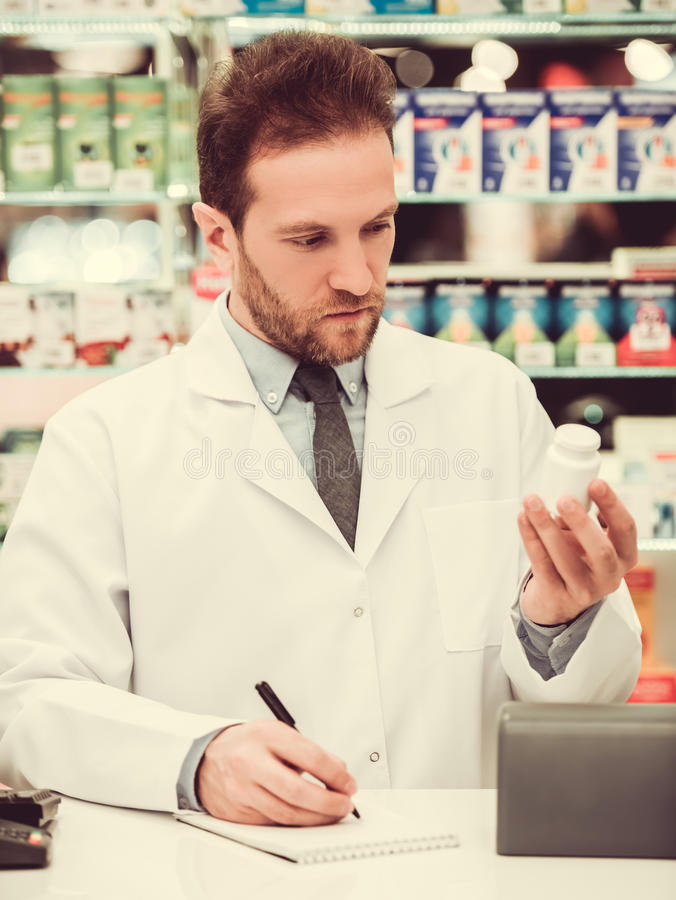 Pharmacien beau au travail photographie stock