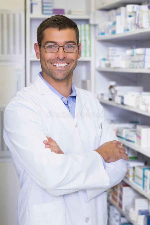 Pharmacien beau souriant à l'appareil-photo image libre de droits