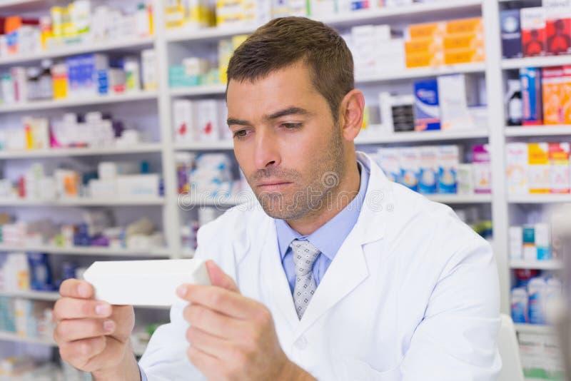 Pharmacien beau tenant le papier images libres de droits