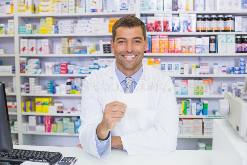 Pharmacien beau tenant le papier image stock