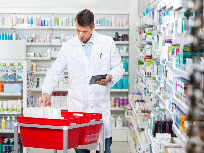 Pharmacien Counting Stock While tenant Digital photographie stock libre de droits