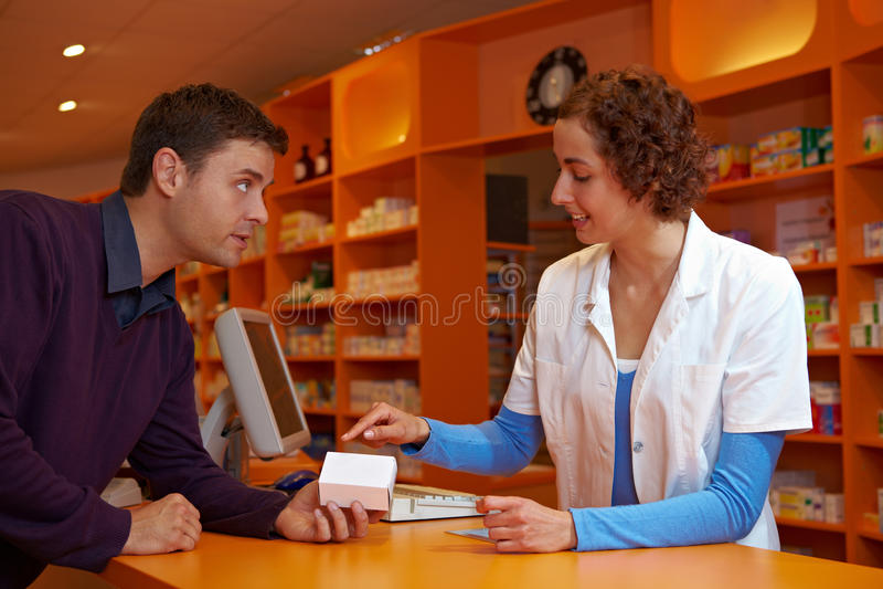 Pharmacien donnant des conseils médicaux photo stock