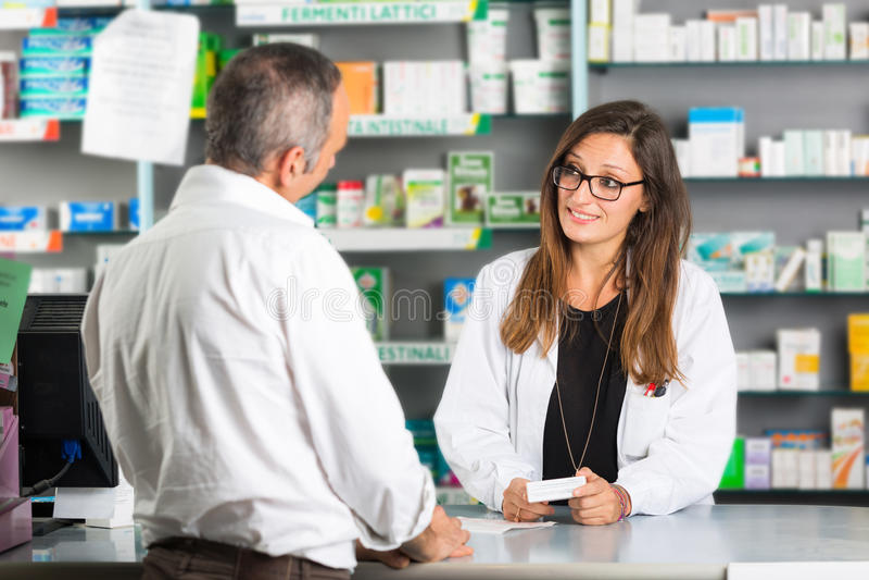Pharmacien et client photographie stock