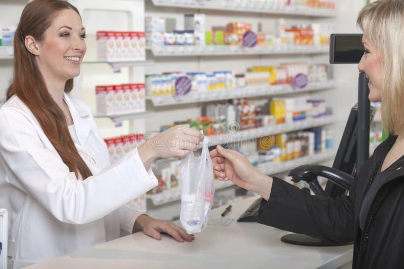 Pharmacien et client dans la pharmacie photographie stock