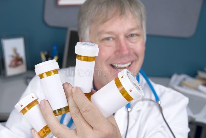 Pharmacien et pillules photos stock
