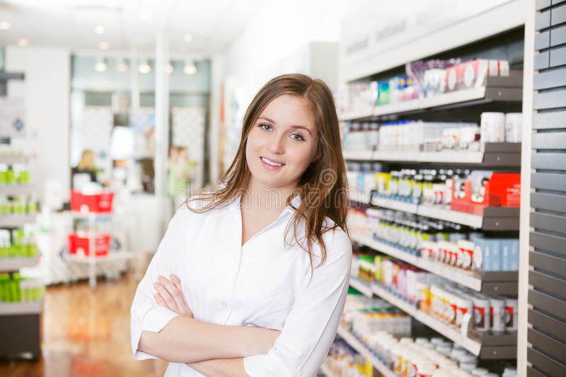 Pharmacien féminin à la mémoire de pharmacie photographie stock libre de droits