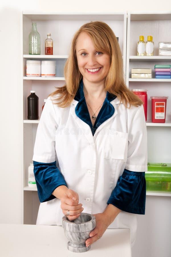 Pharmacien féminin avec le mortier et le pilon image libre de droits