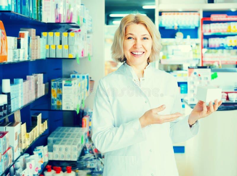 Pharmacien féminin dans la pharmacie images stock
