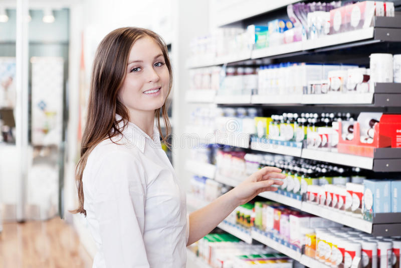 Pharmacien féminin dans le magasin de pharmacie photos libres de droits