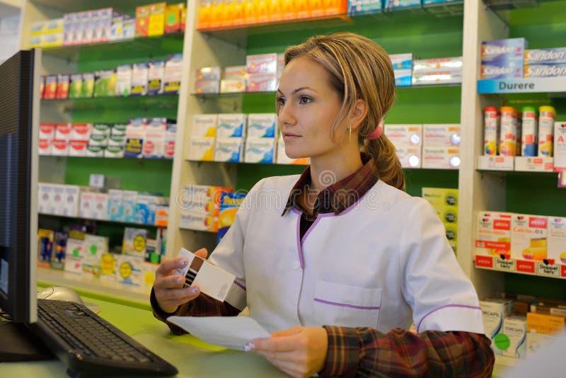 Download Pharmacien Féminin Tenant La Prescription Image stock - Image du métier, people: 56480013