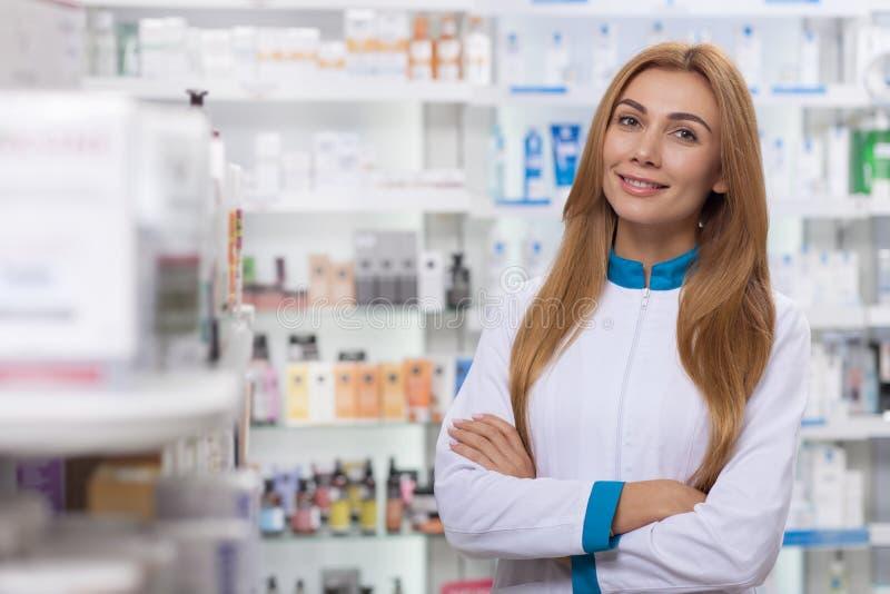 Pharmacien féminin travaillant à sa pharmacie photo stock