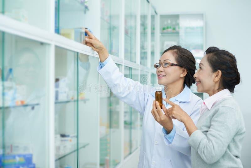 Pharmacien Helping Customer image libre de droits