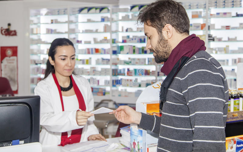 Pharmacien Helping Customer image stock