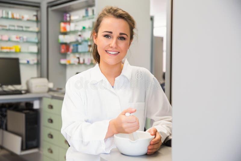 Pharmacien junior mélangeant une médecine photographie stock libre de droits