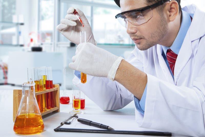 Pharmacien masculin faisant l'expérience dans le laboratoire photographie stock libre de droits